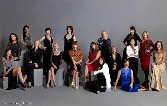 A Vogue nemzetközi kiadványainak főszerkesztői balról jobbra: Yolanda Sacristan, Spain (ül); Kirstie Clements Australia (középen); Anaita Adajania – India (hátul); Christiane Arp, Germany (ül); Angelica Cheung, China (áll); Franca Sozzani, Italy (ül); Mitsuko Watanabe – Japan (áll); Anna Wintour, America (ül); Emmanuelle Alt, France (földön ül); Alexandra Shulman, Britain (ül); Victoria Davydova, Russia (áll); Anna Harvey, representing Brazil and Greece (ül); Seda Domanic, Turkey (ül); Myung Hee Lee, Korea (ül); Rosalie Huang -Taiwan (áll); Eva Hughes, Mexico and Latin America (áll); Paula Mateus, Portugal (ül)