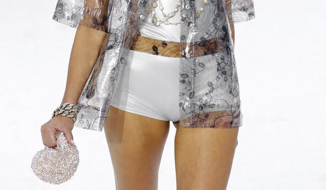 Virítson 10,5 milliós Chanel táskával egy vízparti esküvőn