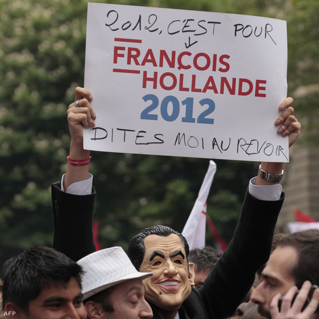 """""""2012 Hollande éve - Búcsúzzatok tőlem"""" - Sarkozy-maszkot viselő Hollande-szupporter a szocialista párt székházánál"""