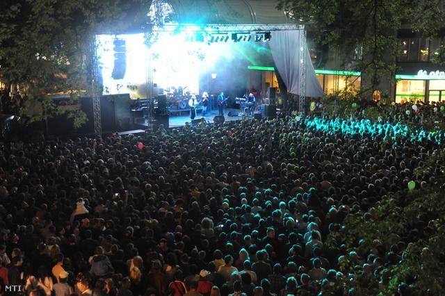 Fergeteges és felejthetetlen koncertet adott az Omega Szabadka főterén pénteken este, írja a Magyar Szó. A közönség teli torokból énekelte a nagy slágereket, felcsendült a Petróleumlámpa, a Régi csibészek, a Gyöngyhajú lány és a Tízezer lépés is.
