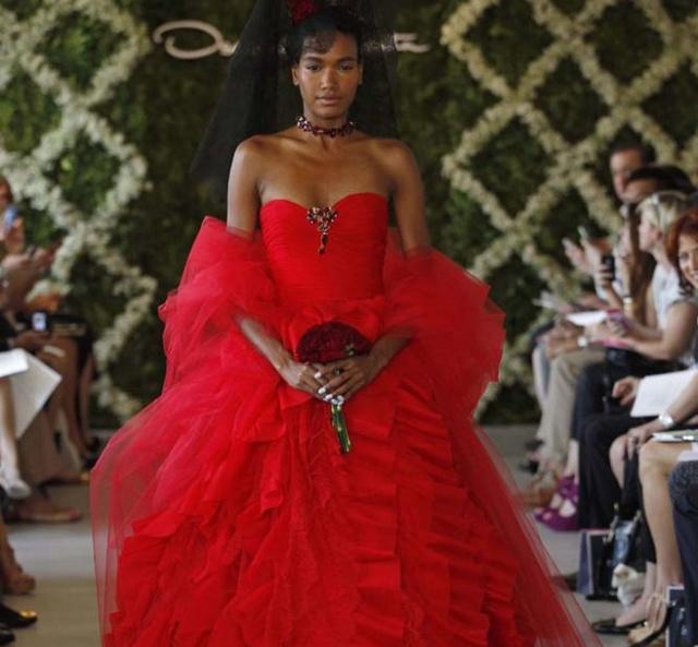 Oscar De La Renta hagyományos menyasszony pirosban