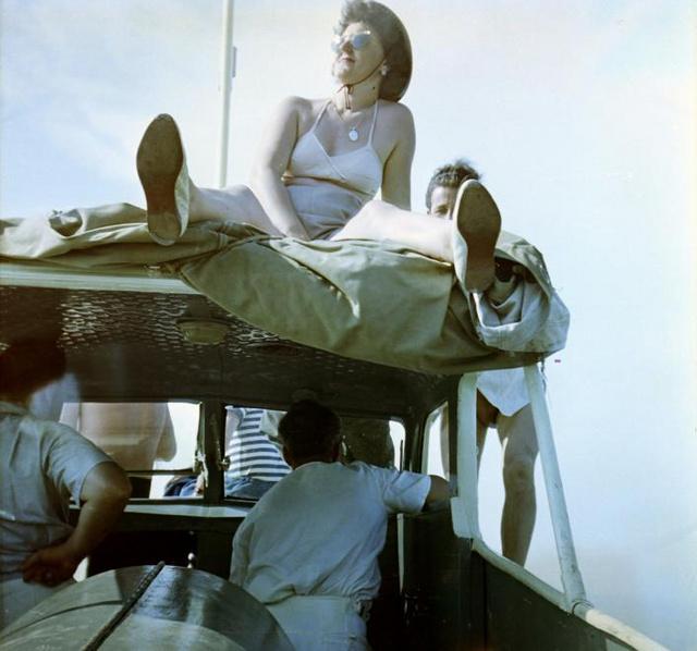 Az élet császárának érezni magunkat. Magyarország,Balaton vitorlásverseny nézői egy KH-II típusú motoros kishajó fedélzetén.