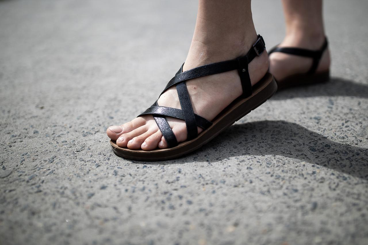 """""""Azért választottam a szandált, mert nyárias és kényelmes, és a fesztiválhoz is jól illik""""                          Amikor cipőt választ, két dolgot figyel, az egyik, hogy kényelmes legyen, a másik pedig, hogy a cipő jól nézzen ki. Arra a kérdésre, hogy melyik a fontosabb, a kényelem, vagy hogy jól nézzen ki, azt válaszolja, hogy számára a kényelmesség azért előbbre való."""