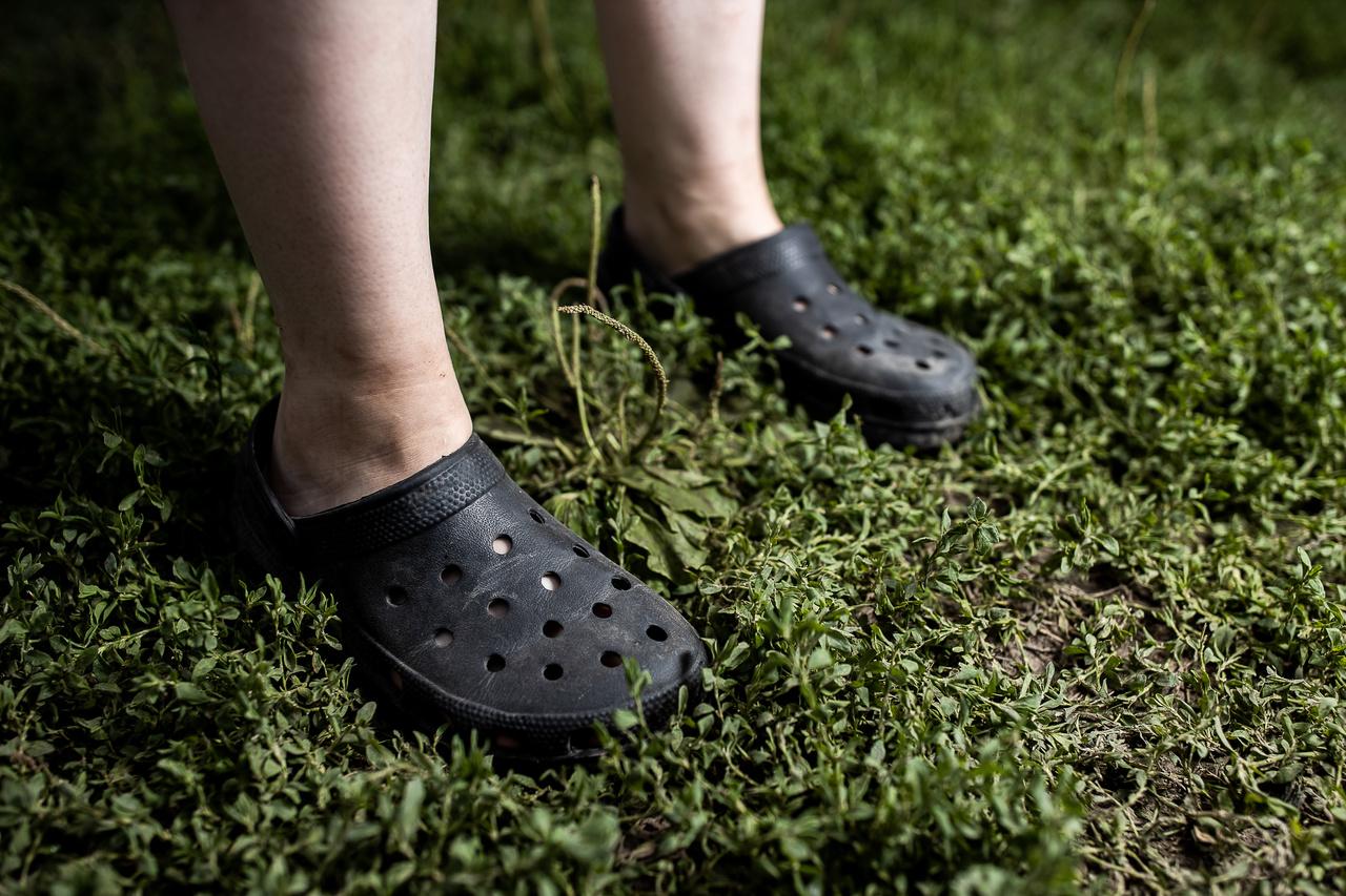 """""""Nagyon kényelmes a cipő, vagy minek lehet ezeket nevezni, ezekre az utakra és göröngyös ösvényekre pláne fontos, hogy kényelmes cipőket válasszunk, mert ha nem, széttörhetik a lábunkat. A Sziget ráadásul hatalmas. Ha kint laksz, tuti egész nap sétálgatni fogsz, és akkor komoly távolságokat teszel meg."""""""