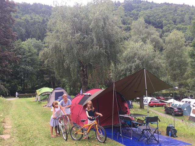 Ágiék sátras nyaraláson, bicikliháton.