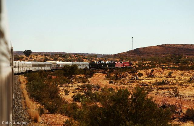 Ghan, Adelaide-tól Darwinig (Ausztrália)A Ghan nevű, ausztrál vonat utasaival átszeli az egész országot észak és dél között több mint 3200 kilométeres útja során, miközben kies vidékeken vág át. A síkságot később a MacDonell Ranges vörös sziklái váltják fel.