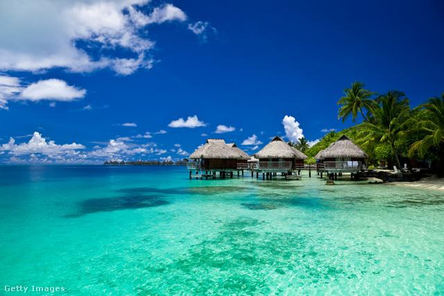 Bora Bora                         Francia Polinézia sombrero alakú, buja, vulkanikus szigete egy a Csendes-óceán gyöngyszemei közül. Legjellegzetesebb pontja a kristálytiszta, türkizkék vízű lagúna. Bora Bora valóságos búvárparadicsom, a part mentén teknősök, ráják és cápák élnek, de a természetjárók is megtalálják a számításukat, több túraútvonal is vezet a pálmaerdőkön át, aki pedig luxus nyaralásra vágynak, kibérelhetnek egy víz fölé épült bungalót.