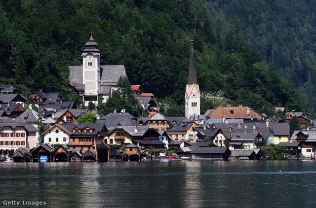 Halstatt, AusztriaBékés és idilli kikapcsolódásra vágysz közel a természethez egy barátságos településen? Halstattban nem fogsz csalódni. Alpesi házait észak-keletről tó, nyugatról hegyek határolják. Legnépszerűbb látnivalója a halstatti gótikus templom, amit Csontháznak is neveznek az itt található, több mint 2000 megfestett koponya miatt.