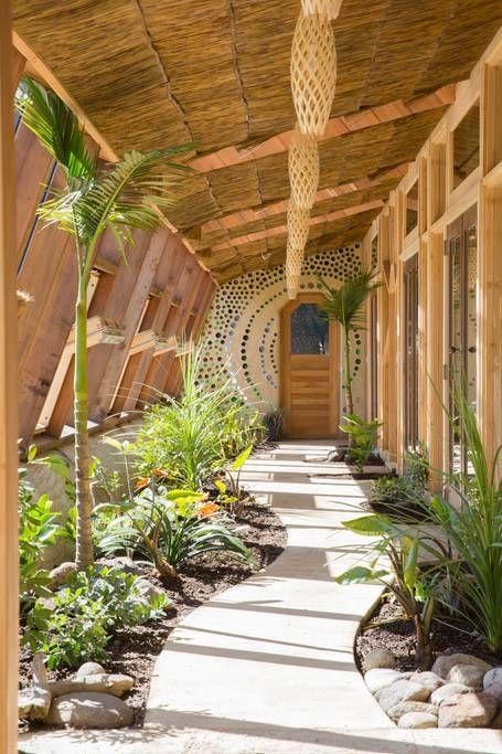 Az Új-Zélandi Hikuain található Earth House, vagyis Föld Ház egy nyolc főre kialakított önellátó luxus apartman, ami természetes és újrahasznosított anyagokból épült. Az energiaellátásáról napelemek gondoskodnak, hűvösebb időben egy kandalló fűti fel a fából és raklapokból készült bútorokkal berendezett szobát.