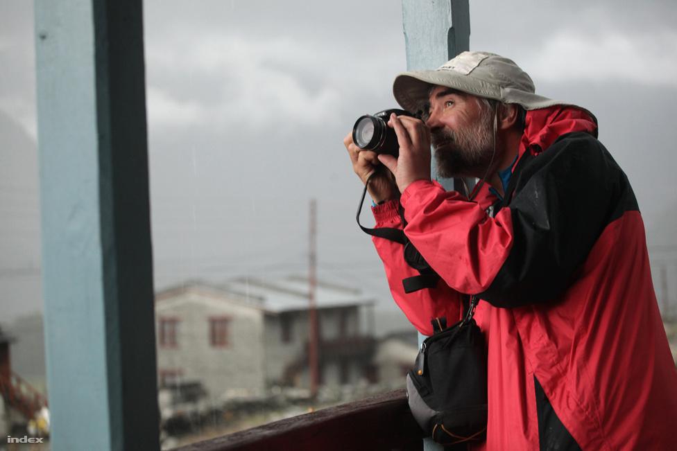 Erőss Zsolt a hegy alatti utolsó faluból figyeli az Annapurna csúcsát. Az alpinistának, aki első magyarként mászta meg a világ legmagasabb hegyét, a Mount Everestet, ez lett volna a tízedik nyolcezres csúcsa.
