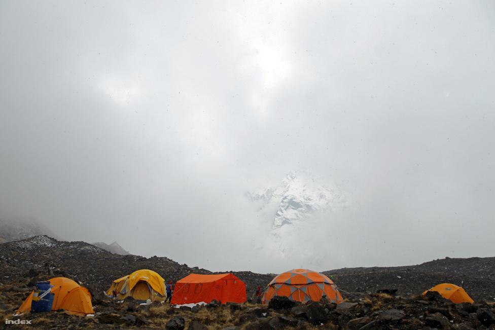 Az időjárás fél óra alatt is gyökeresen megváltozhat a környéken. Napos idő után hirtelen felhők takarják el a tábor fölé magasodó hegyet, miközben a hőmérséklet akár harminc fokot is eshet.