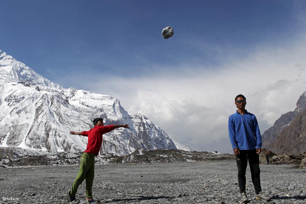 A tábor nepáli személyzete inkább a tradicionálisabb és áram nélkül is űzhető időtöltések híve. A hosszú hetek hegyi tartózkodása alatt a sziklalökés volt a legnépszerűbb játék.