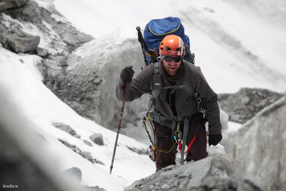Horváth Tibor az 5500 méteres táborba vezető úton. Az alpinista volt Erőss Zsolt mászótársa. Ez volt Horváth harmadik himalájai mászása, előtte a Cho Oyun és a Locén próbálkozott. Bár ott nem ért el sikereket, ezen az expedíción  ő volt a csapatból a legjobb erőben.