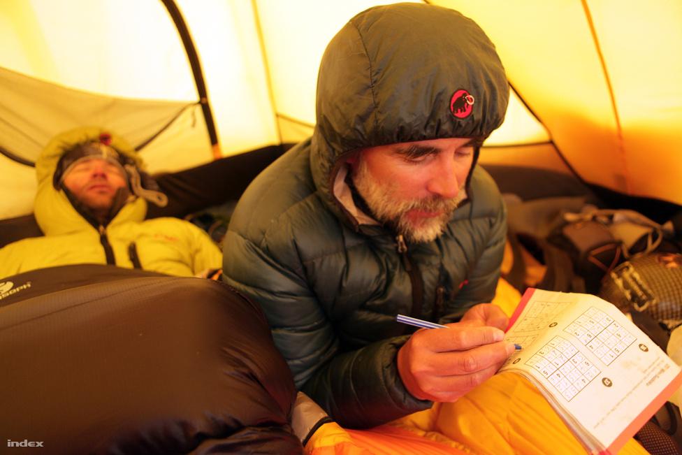 A magashegyi sátrazáshoz laptopot már nem visznek a mászók, így a pihenés mellett a sudokufejtés maradt szórakozásnak.