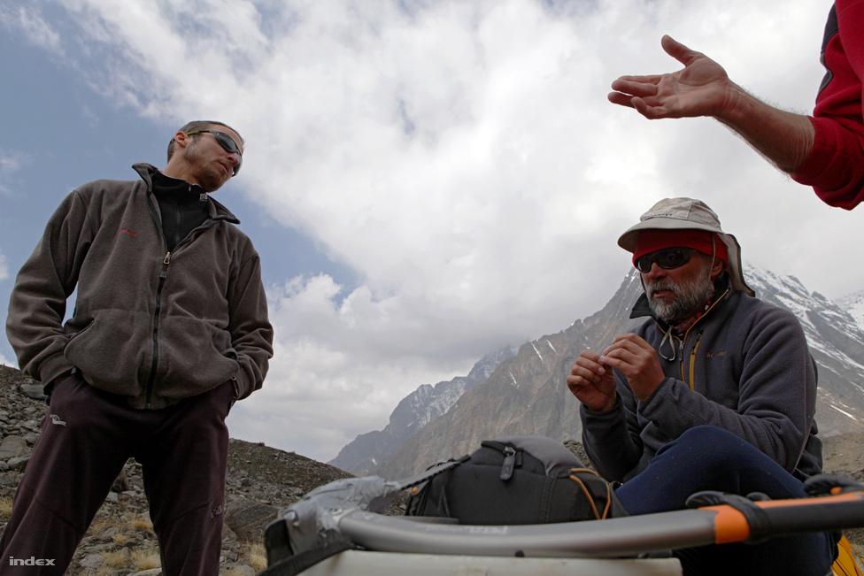 Az expedíció harmadik mászója, Mécs László bejelenti, hogy esélytelennek látja a próbálkozásukat, és nem vesz részt tovább a mászásban. Kollár Lajos érvel, hogy a csúcsmászóknak kellene a segítség, Erőss Zsolt csüggedten fogadja a döntést.
