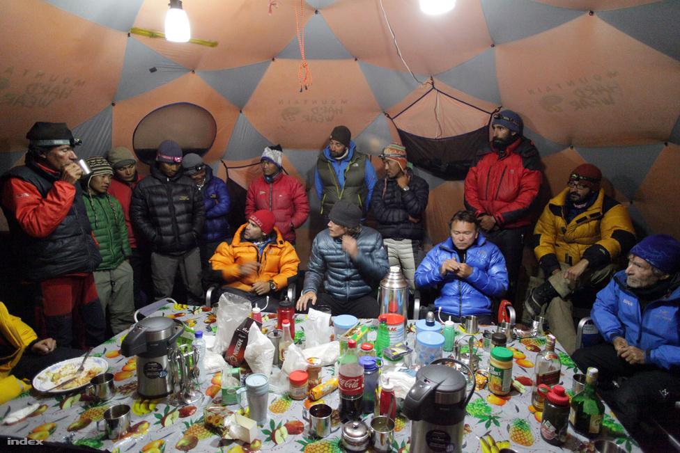 A csúcstámadás előtt táborgyűlés, ahol a hegyre induló mászók és serpák megbeszélték,   milyen taktika alapján rohamozzák a hegyet. A mászók felosztják, hogy kik vállalkoznak a kötelek kifeszítésére, majd milyen ütemben indulnak el a kettes táborból, hogy ne legyen torlódás a lavinaveszélyes zónába eső köteleken.