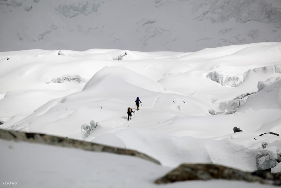 Eddig kísértük a csúcsra tartó két mászót, ezen a képen szerepel utoljára Horváth Tibor .
