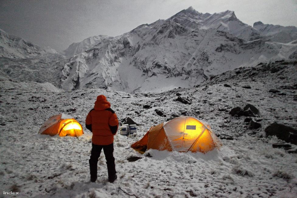 A csúcstámadás éjjele az alaptáborban. A telihold fényénél szinte nappali világosságban mászhattak az alpinisták.