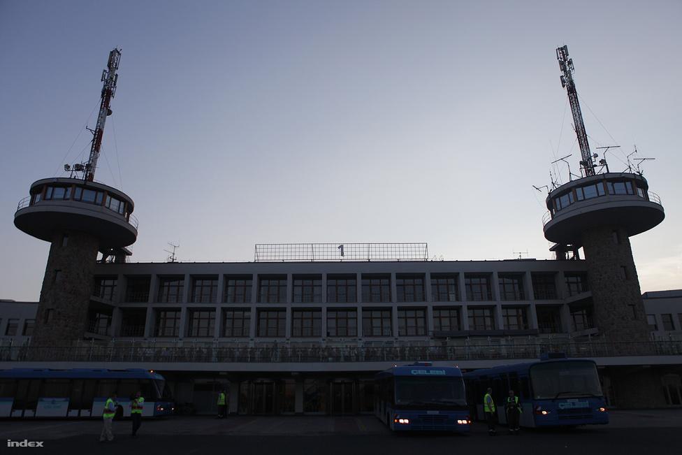 A terminátl 2004-2005 között felújították, újranyitása óta használják a fapadosok. 2007 óta a Nyugati pályaudvarral közvetlen vasúti összeköttetése van, ami szerdától gyakorlatilag feleslegessé válik.