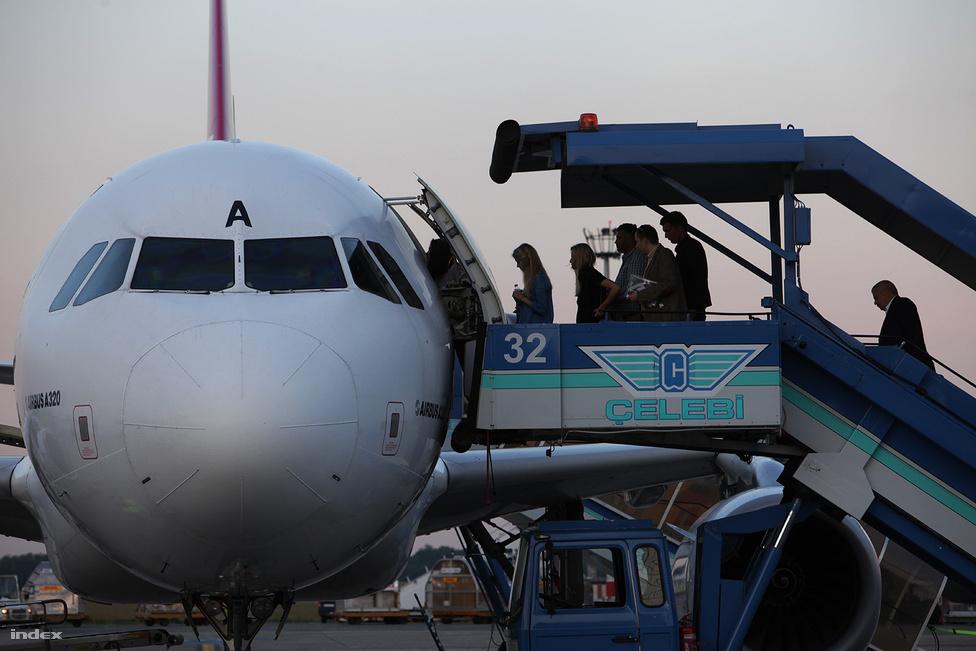 A Via gépébe alkonyatkor szálltak be az utolsó utasok.