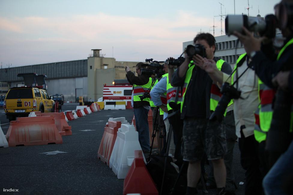 A beton szélén sorfalat alkottak a fotóriporterek és a videós, tévés stábok.