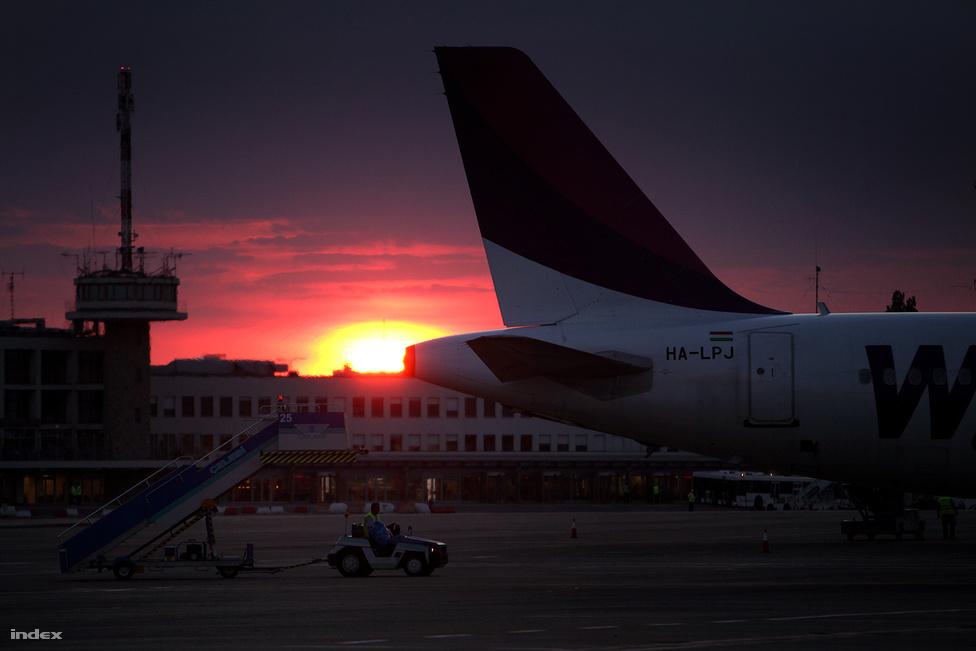 A WizzAir Airbus A320-asa naplementében.