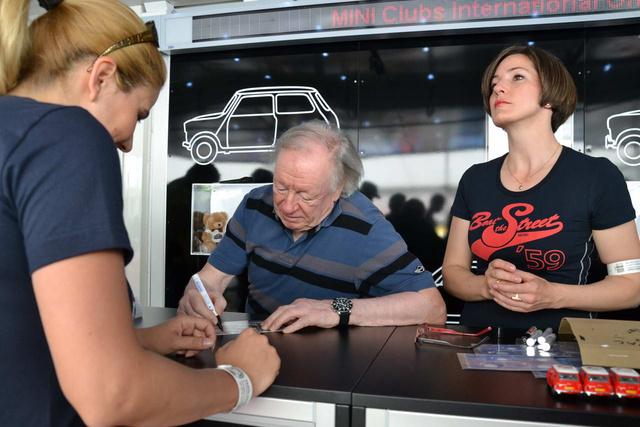 Rauno Aaltonen fáradhatatlanul írt alá egész nap