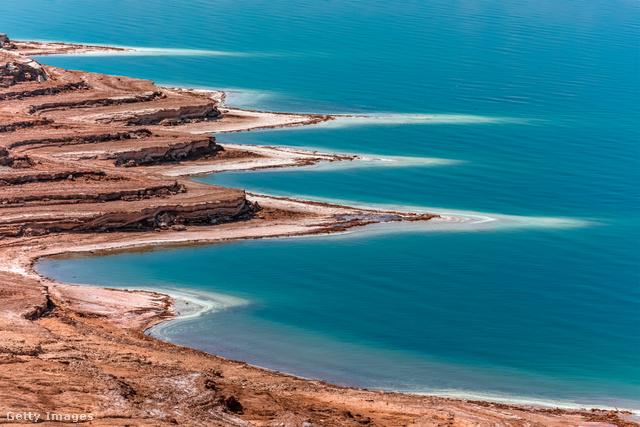 Holt-tengerA világ legalacsonyabb pontján található Holt-tenger a turisták népszerű célpontja magas sókoncentrátumának és a sivatagi kilátásnak köszönhetően. Azonban korántsem biztos, hogy még sokáig élvezhetjük, a tó ugyanis egyre apad az éghajlatváltozás és forrása, a Jordán folyó vizének mezőgazdasági és háztartási felhasználása.