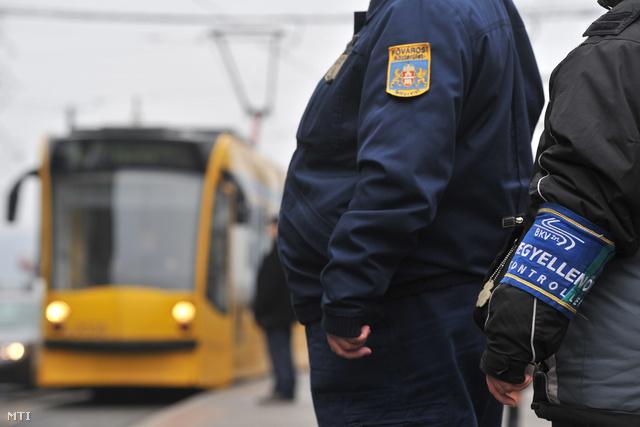 A BKV jegyellenőre és egy közterület-felügyelő a Jászai Mari téri villamosmegállóban várja a villamost. 2011. január 11-étől közterület-felügyelők is részt vesznek a jegyek és a bérletek ellenőrzésében egyes villamos- és buszvonalakon feladatuk a BKV ellenőreinek segítése.