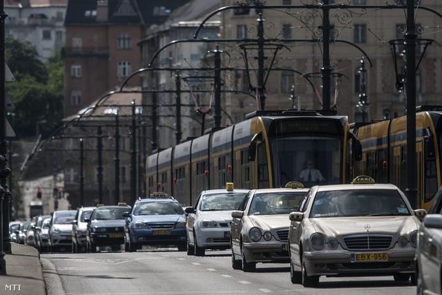 Több mint ezer autó részvételével forgalomlassító taxisdemonstráció volt hétfő délután Budapesten. Nagy dugók alakultak ki és a forgalmat több helyen el kellett terelni.