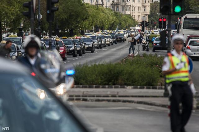 Amikor a menet első autója a Városháza elé ért, az utolsó akkor indult csak el a Felvonulási térről.
