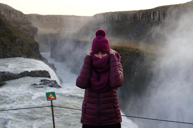 Ha Izlandon hideg van, akkor az csontig hatoló hideget jelent. A Gullfoss vízesésnél az időjárás éppen a sötétebb oldalát mutatta.