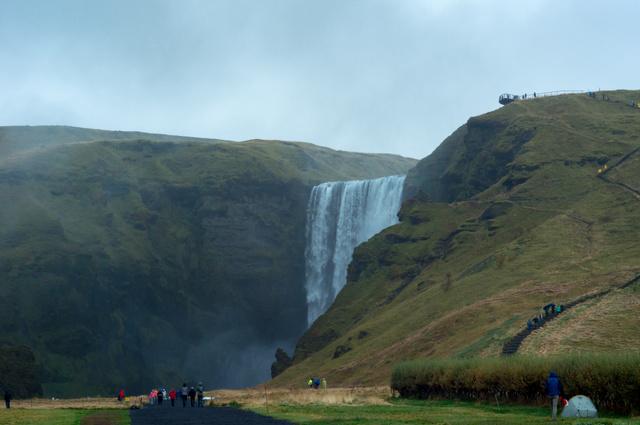 Izlandon szó szerint minden sarkon találni egy vízesét. A Skógafoss az egyik legnépszerűbb turistacélpont, itt forgatták a Vikingek című sorozat egyik jelentét is.