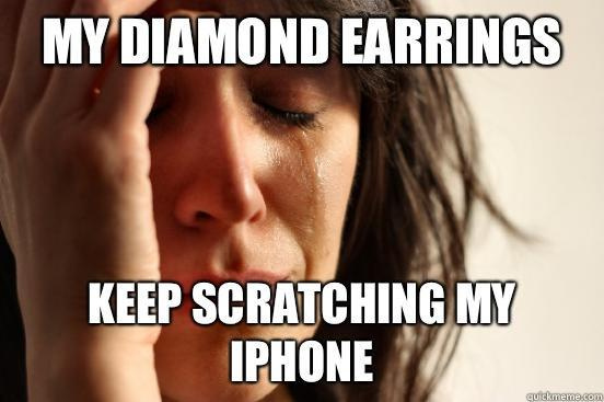 A gyémánt fülbevalóim folyamatosan karcolják az iPhone-omat.