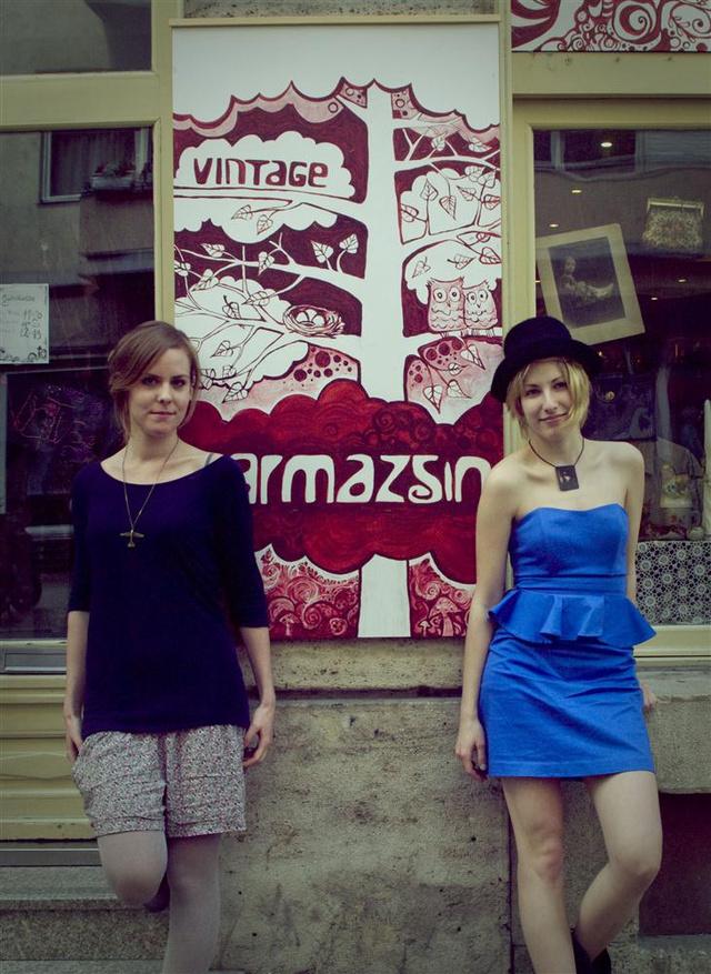 Németh Rita és Szerján Krisztina a Karmazsin előtt