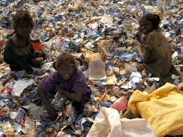 A gyerekek műanyagot gyűjtenek, hogy azt eladva élelemhez juthassanak.