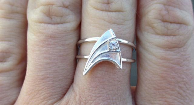 Melyik trekkielány ne örülne egy ilyen eljegyzési gyűrűnek?