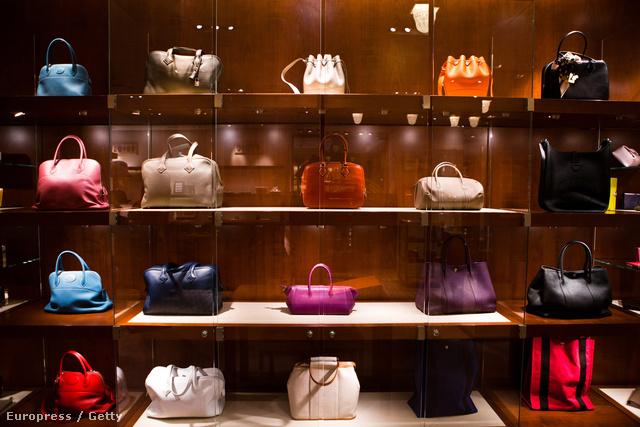 Hermès  táskák a divatház kirakatában