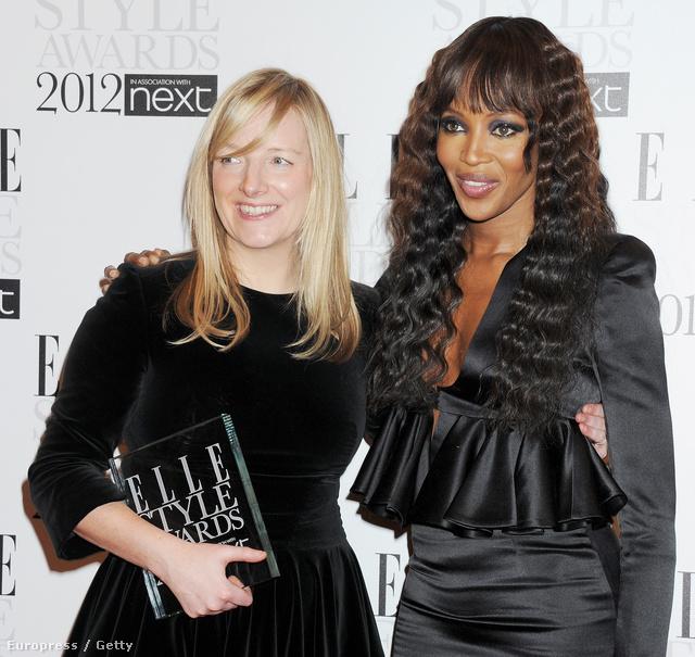 A díjgyűjtő Sarah Burton és Naomi Campbell