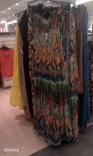 C&A: Ez a ruha 48-as és 8590 forint.