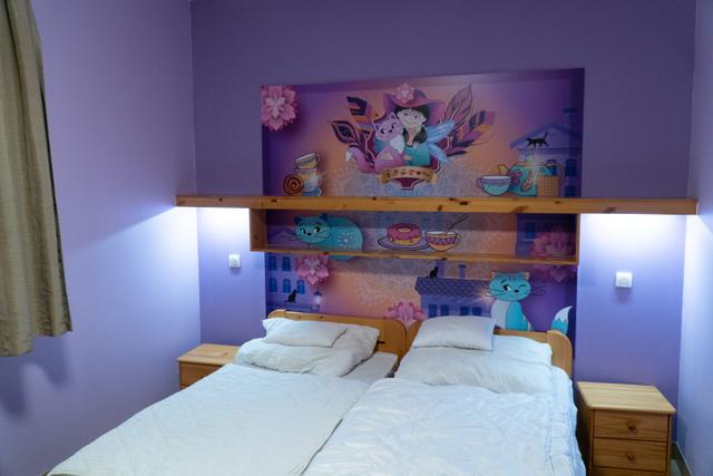 Minden szobának saját története van, amikben különféle mesefigurák a főszereplők.