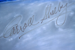 Míg az akkusarukkal bíbelődtem, Carroll Shelby aláírása lógott a fejem felett