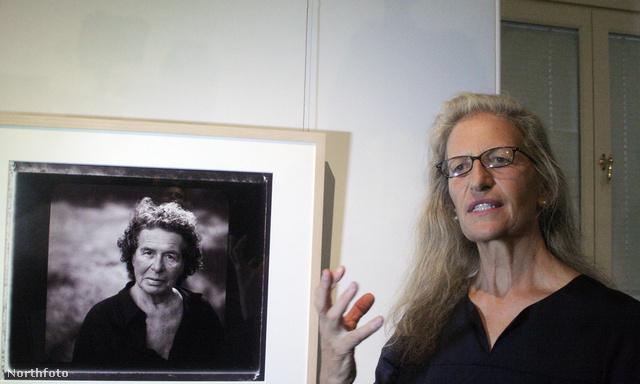 Annie Leibovitz 2011-ben egy moszkvai kiállításán édesanyja portréja mellett.