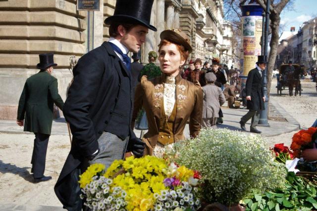 Robert Pattinson és Kristin Scott Thomas a Bel Ami forgatásán az Andrássy úton