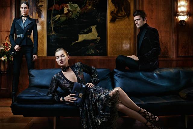 Kate Moss épp leesik a szófáról