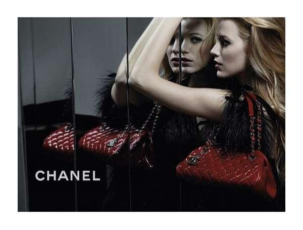 Blake Lively táskával szenveleg még a Chaneles időkben