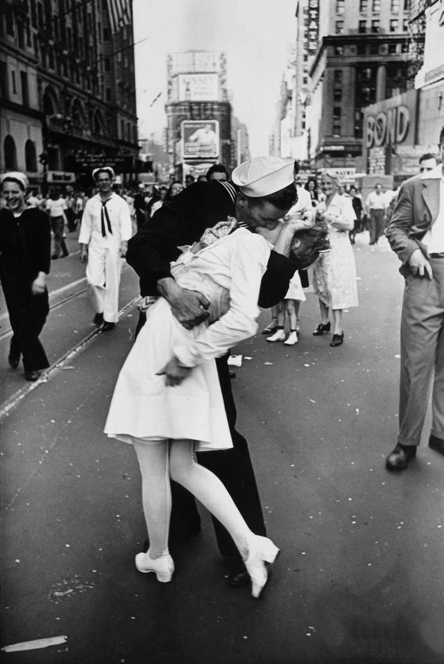 Alfred Eisenstaedt világhírű fotója 1945-ből.