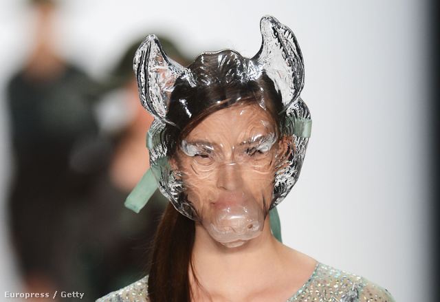 Ez volt talán a legjobb: szarvasmarha maszk az Universitaet Der Kuenste Berlin showján