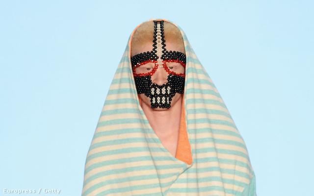 A Romanian Designers Show 'Twenty(2)too' szekciójában a hülye maszkok mellett volt fejre húzott kapucni is