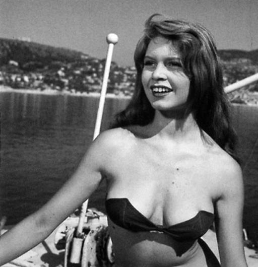 Bridget Bardot 1952-ben egy elég merész bikinifelsőben